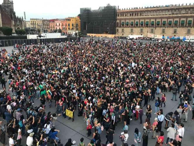#Nacional // Marcha de '#UnVioladorEnTuCamino' reúne a más de 2500 mujeres en elZócalo